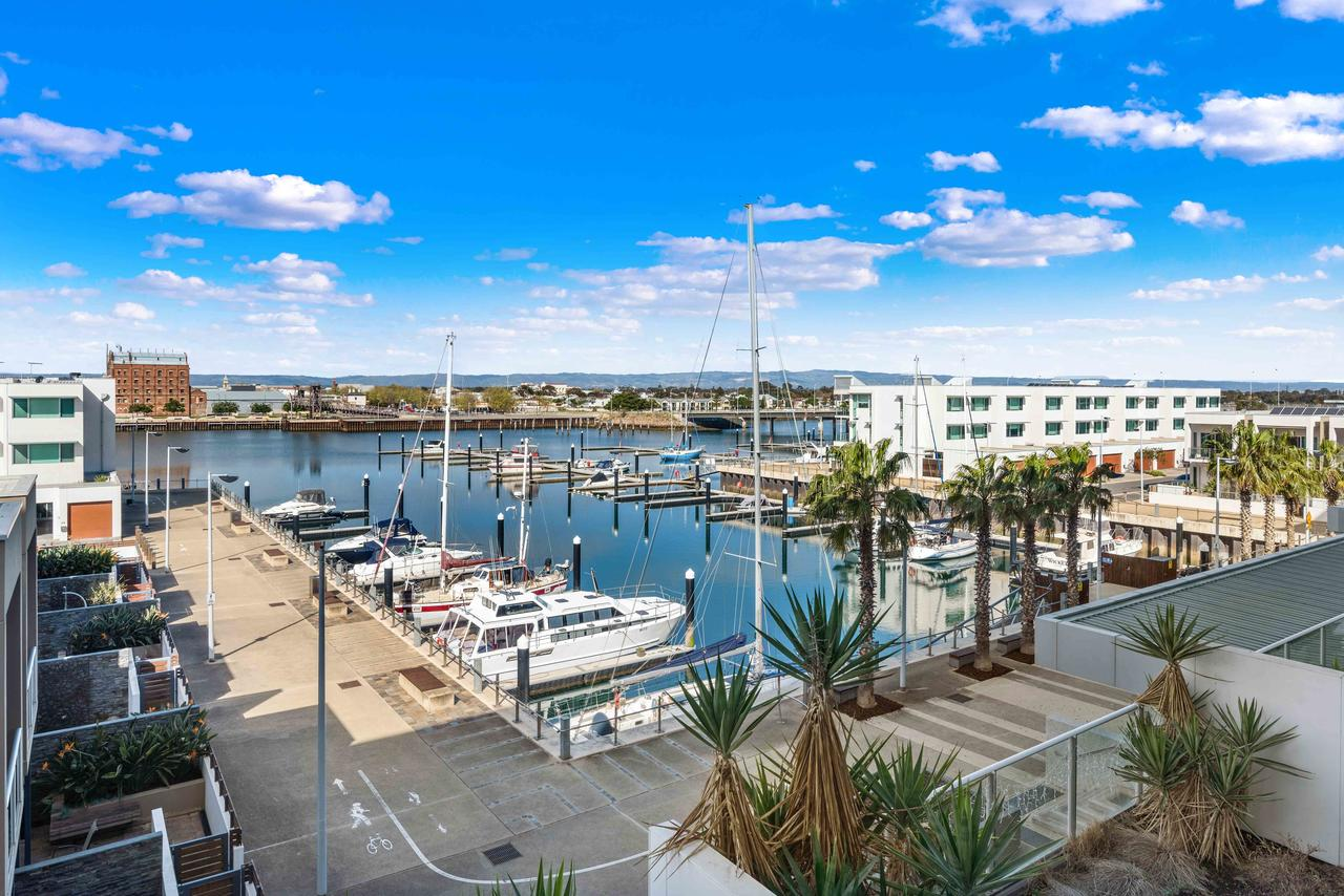 Port Adelaide Executive Waterfront Apartment - Accommodation Melbourne